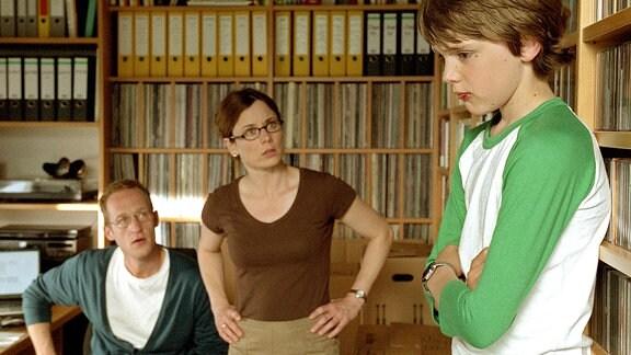 Martin (Johann Hillmann) wird nach dem Verweis von Lehrer Altmann im heimischen Arbeitszimmer von den Eltern (Inka Friedrich, Stephan Kampwirth) zur Rede gestellt.