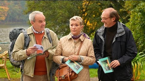 Herbert (Walter Kreye, li.), seine Frau Gudrun (Jutta Speidel) und Alfred (Martin Brambach) bei der Ankunft am Seminarort.
