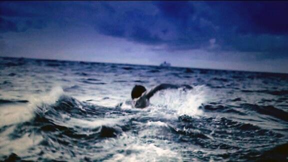 ein Schwimmer in den Ostseewellen