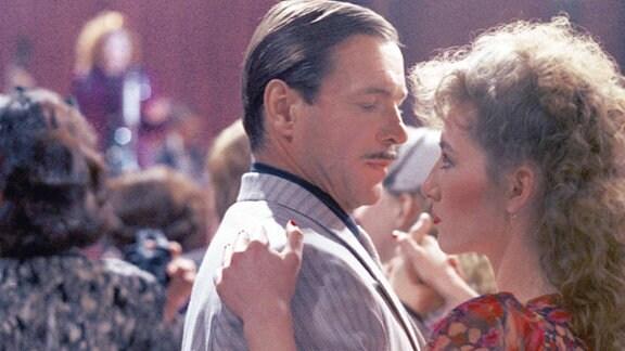 Ein Mann und eine Frau kommen sich beim Tanzen näher