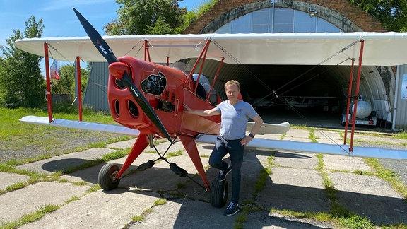 Jan Meißner und sein Leichtflugzeug Marke Eigenbau. Die offizielle Bezeichnung ist Kiebitz.