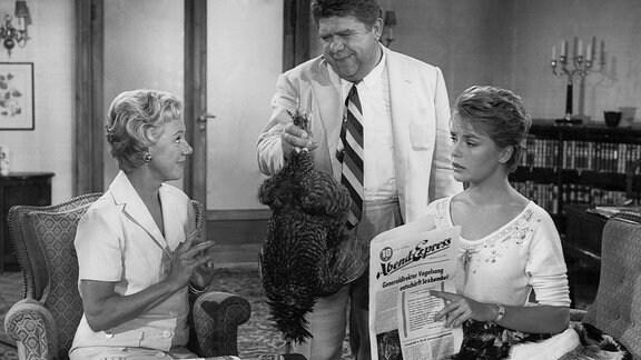 Ursula Herking als Tante Olga, Susanna Cramer als Nichte Pia und ein Mann mit Huhn