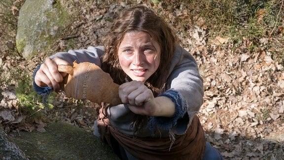 Jolanthe (Svenja Jung) und Veit von Hammerlitz (Merlin Rose) verteilen den süßen Brei an eine Dorfbewohnerin (Komparse).