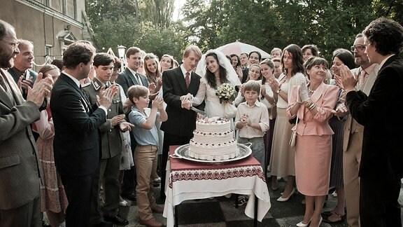 Das Brautpaar Ina Rohde (Stephanie Stumph) und Thomas Wernstein (Christian Sengewald) sowie die Familien Hoffmann und Rohde.