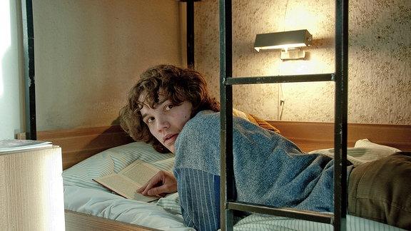 Christian (Sebastian Urzendowsky) fällt es zunehmend schwer, sich dem System anzupassen. Sein Traum, ein ähnlich guter Arzt zu werden wie sein Vater, rückt in immer weitere Ferne.
