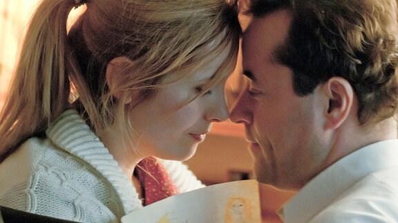 Josta Fischer (Nadja Uhl) und Richard Hoffmann (Jan Josef Liefers), die eine geheime Beziehung führen, an Weihnachten in ihrer Wohnung.
