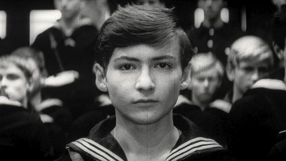 Der 15-jährige Günter steht in einer Menschenmenge
