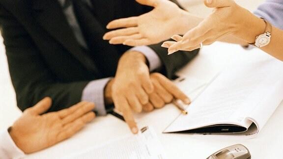 drei Händepaare gestikulieren