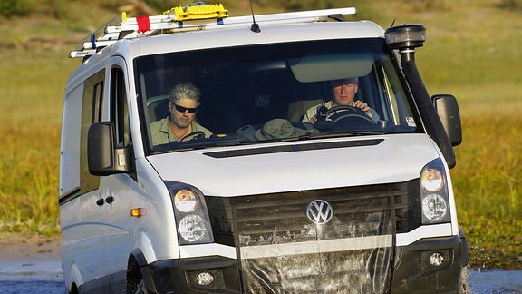 Die Biologen und Tierfilmer Jens Westphalen und Thoralf Grospitz in einem Geländewagen