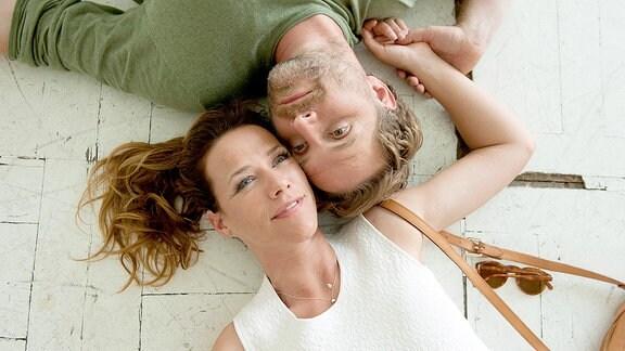 Rosa (Alexandra Neldel) und Mark (Janek Rieke) freuen sich über die neue Wohnung.