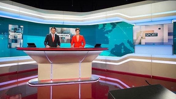 """Die Moderatoren Jens Hänisch und Mo Krüger im neuen Studio von """"MDR aktuell"""""""