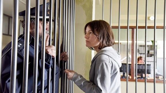 """Polizeibeamter """"Katrin"""" (Matthias Brenner) hat Katrin Wiedemann (Nicolette Krebitz) in die Zelle zum Ausnüchtern gebracht. Bitte erst nach Weihnachten wieder aufmachen!"""