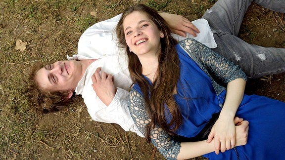 Saskia Wiedemann (Emilie Neumeister) bricht durch das Baumhaus und fällt auf Yannik Esch (Oskar Bökelmann).