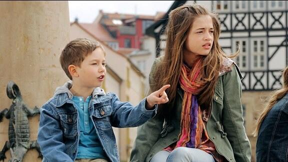 Paul (Niklas Bernd, l.) und seine Schwester Clara (Lisa-Marie Koroll, r.) wissen längst, dass ihr Vater Christian sich in Anna verliebt hat.