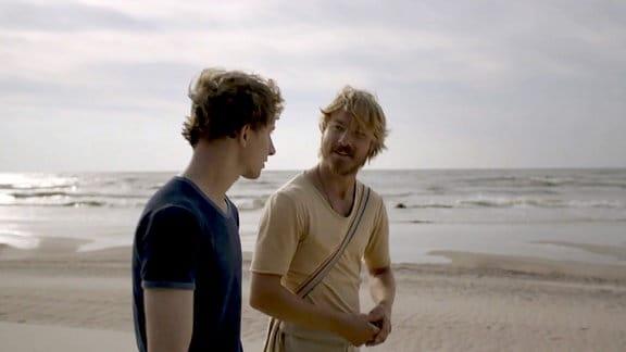 Zwei junge Männer am Strand.