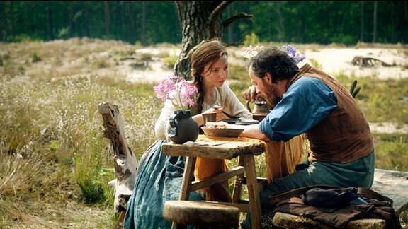 Der Fischer (Fabian Busch) und seine Frau (Katharina Schüttler) essen Fischsuppe.