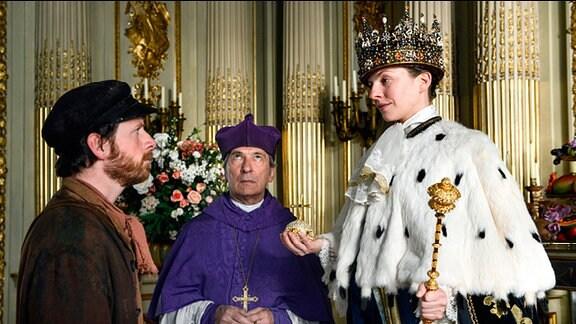 Fischer Hein (Fabian Busch) und Bischof Benedikt (Rudolf Kowalski) vor Kaiserin Ilsebill (Katharina Schüttler).