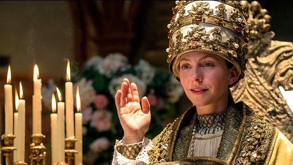 Ilsebill (Katharina Schüttler) fast am Ziel ihrer Wünsche: sie ist Papst.