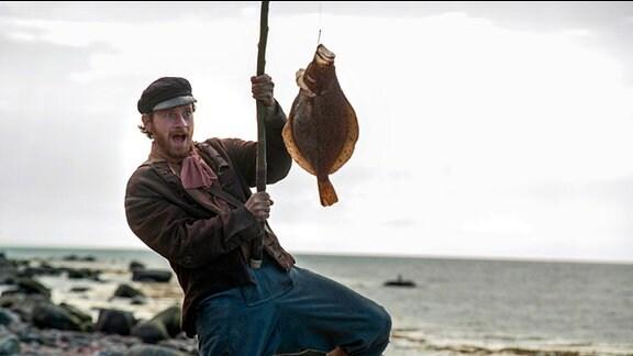Der Fischer (Fabian Busch) fängt den sprechenden Butt.