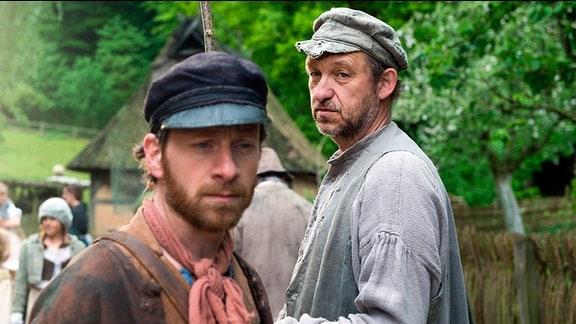 Fischer Hein (Fabian Busch) trifft Fischer Klaas (Peter-Heinrich Brix) im Dorf.