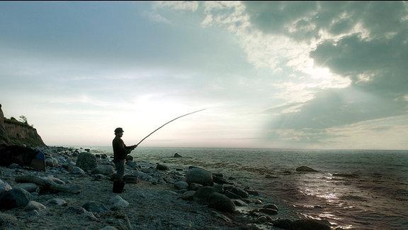 Der Fischer (Fabian Busch) hat den Butt gerufen, weil seine Frau wie Gott sein will.