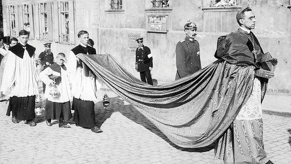 Der Gesandte des Papstes Nuntius Eugenio Pacelli, späterer Papst Pius XII., während einer Prozession in Bamberg (1924).