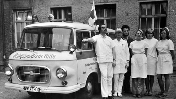Interviewpartner Frank von Olszewski (li.) mit einer SMH (Schnelle Medizinische Hilfe) vor der Chirurgischen Poliklinik Jena (1977).