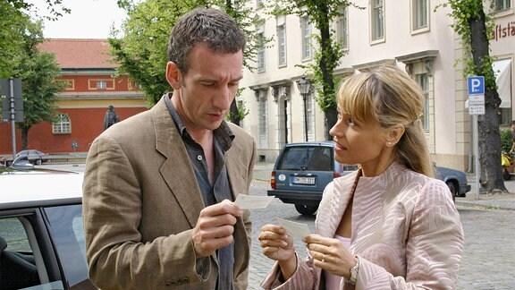 Dr. Grainernapp (Heio von Stetten) hat einen folgenreichen Verkehrsunfall mit Xenia Teschmacher (Anica Dobra), der attraktiven Referentin des Bürgermeisters.