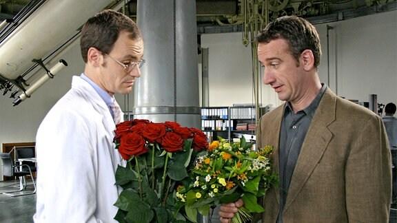 Dr. Peter Grainernapp (Heio von Stetten, re.) und sein Kollege Dr. Neumann (Anian Zollner) wollen beide einer verehrten Mitarbeiterin zum Geburtstag gratulieren.