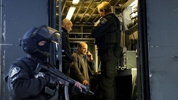 Einsatzbesprechung in einem Mannschaftsbus der Polizei