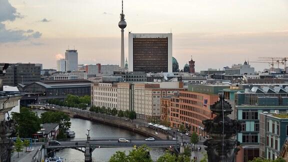 Stadtansicht Berlin - Blick auf Spree, Bahnhof Zoo und Fernsehturm