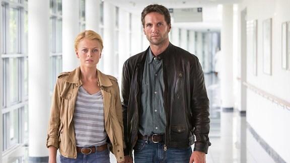 Kristina Katzer (Isabell Gerschke, l.) und Lukas Hundt (Oliver Franck, r.) besuchen Florian Berger im Weimarer Krankenhaus. Der Treuetester wurde beim Sex mit einer Klientin angeschossen.