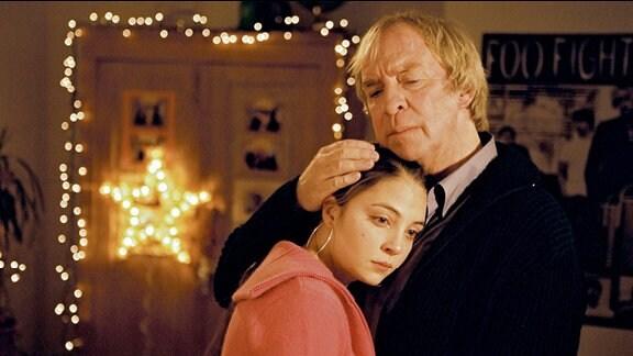 Julia Weimann (Arzu Bazman) wird von ihrem Vater Julius Weimann (Ulrich Pleitgen) getröstet.