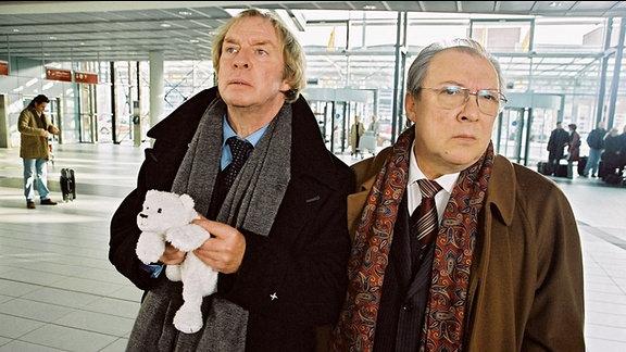 Julius Weimann (Ulrich Pleitgen) und Harald Mauthe (Jaecki Schwarz) warten am Dresdner Flughafen.