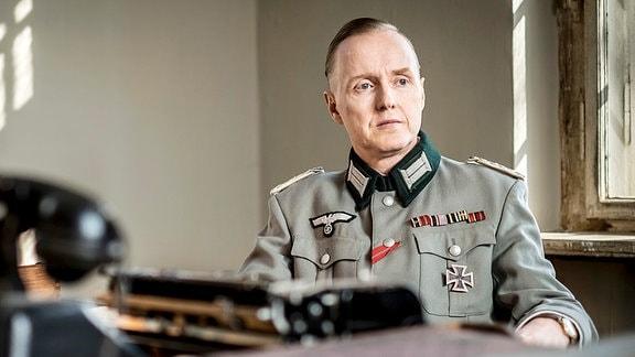 Spielszene mit Henning von Tresckow (Holger Handtke)