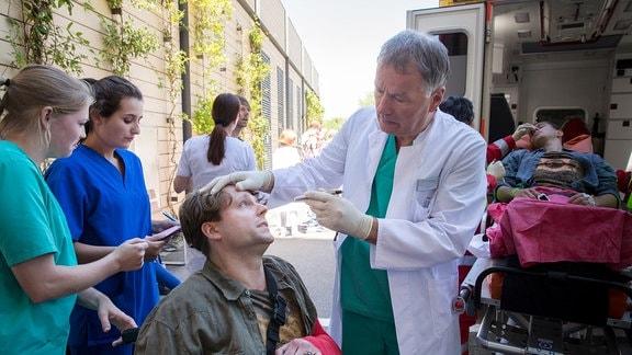 Dr. Heilmann behandelt einen Patienten.