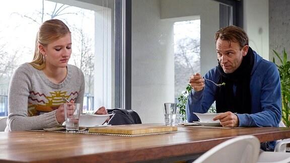 Martin Stein (Bernhard Bettermann), der krank zu Hause ist, bekommt überraschend Besuch seiner Tochter Marie (Henriette Zimmeck). Martin merkt schnell, dass ihr Besuch noch einen anderen Grund hat. Doch Marie möchte nicht darüber reden.