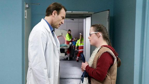 Dr. Martin Stein unterhält sich mit Manja.