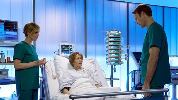 Dr. Martin Stein am Krankenbett von Veronika Jokisch.