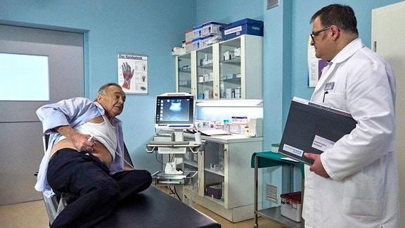 Hans-Peter Brenner überrascht Prof. Simoni beim Ultraschall.