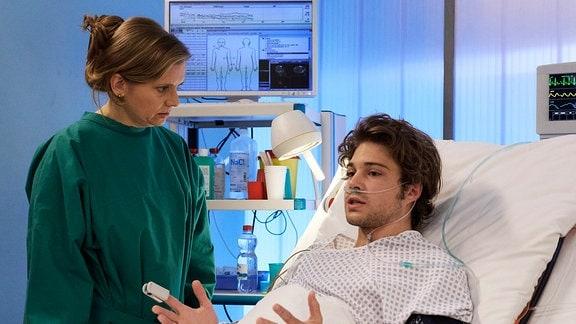 Kris Haas' (Jascha Rust) hat Besuch von seiner Mutter Sylvia (Nina Weniger)