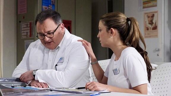Hans-Peter Brenner (Michael Trischan) und seine ehemalige Chefin Oberschwester Arzu (Arzu Ritter).