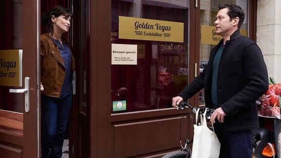 Sabine Vitua als Barinhaberin Moni und Thomas Koch als Dr. Philipp Brentano