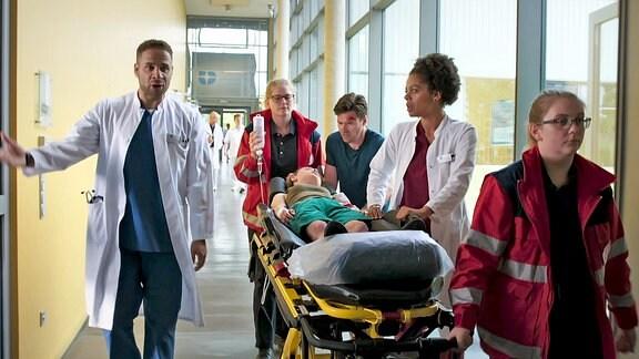 Überraschend platzt Stefan Richter mit seiner Tochter Nele in den Armen in die Eingangshalle des Johannes-Thal-Klinikums. Das Mädchen ist beim Klettern abgestürzt und schwer verletzt worden. Oberarzt Dr. Matteo Moreau wirft ihm vor, keinen Krankenwagen gerufen zu haben.
