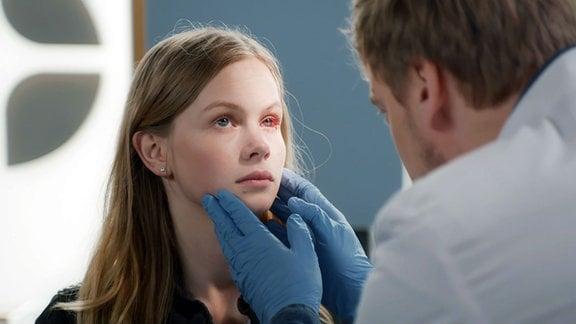 Die junge Michelle Koch erscheint mit einer Augenverletzung in der Notaufnahme.
