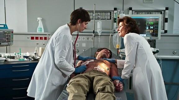 Prof. Karin Patzelt ist erschrocken, als sie sieht , dass es sich um den schwer verletzten Patienten um ihren Bruder handelt.