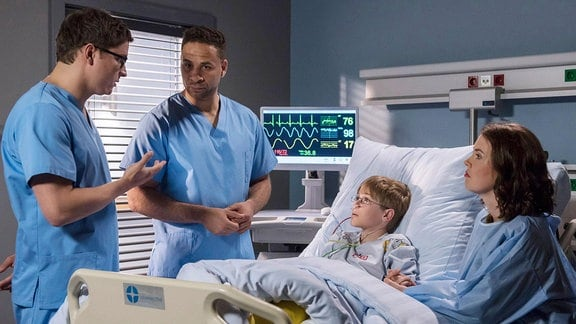 Währenddessen sieht Dr. Moreau sich Herausforderungen anderer Art gegenüber. Jonathan Fink, ein Teenager, der mit einem gebrochenen Knöchel eingeliefert wurde, zeigt diffuse Symptome.