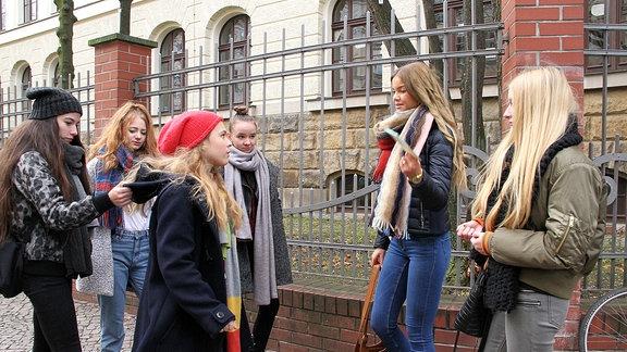 """Lisa Schroth (Ella Zirzow, 3.v.li.) hat seit einiger Zeit Probleme mit ein paar Schülerinnen ihrer Schule. Die Mädchen-Gang, allen voran Marlen Löscher (Matilda März, 2.v.re.), macht sich über Lisa lustig und bezeichnet sie sogar als """"Freak""""."""