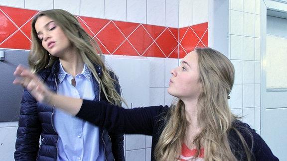 Marlen Löscher (Matilda März, li.) mobbt Lisa Schroth (Ella Zirzow, re.) In der Mädchentoilette der Schule versucht Lisa mit Marlen zu reden. Doch Marlen geht auf Lisas Angebot überhaupt nicht ein, im Gegenteil, sie provoziert sie so lange, bis Lisa sich nicht mehr anders zu helfen weiß und Marlen eine Ohrfeige gibt.