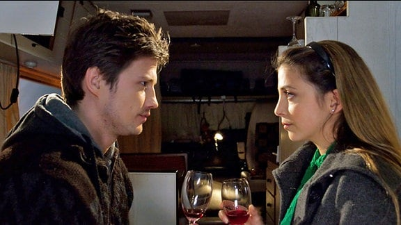 Schwester Arzu (Arzu Bazman) trifft vor der Klinik ihren Tanzpartner David Engel (Kristian Kiehling) wieder. David lädt Arzu in seinen Wohnwagen ein, der ihm als ganzjährige Unterkunft dient und verdreht mit seiner unkonventionellen Art Arzu den Kopf.